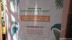 Composting toilet ini menggunakan serbuk gergaji, sabut kelapa dan gambut lumut sebagai pengganti airnya. Meski demikian, higiene tetap dijaga dengan baik.