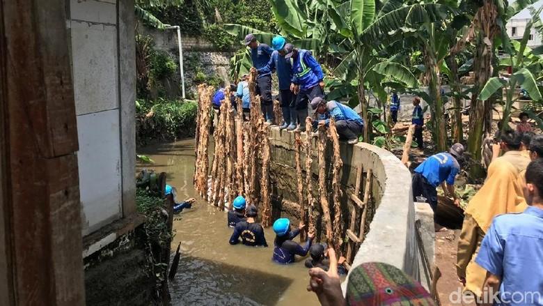 Petugas Berjibaku Perbaiki Tanggul RW 06 Jati Padang yang Jebol