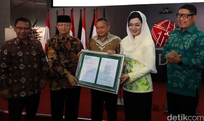 PT Kustodian Sentral Efek Indonesia (KSEI) secara resmi memperoleh fatwa dari Dewan Syariah Nasional Majelis Ulama Indonesia (DSN-MUI). Seremoni penyerahan fatwa tersebut diselenggarakan di Gedung Bursa Efek Indonesia, Jakarta, Senin (1/4/2019).