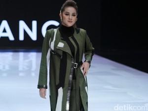 Dian Pelangi Bawa Hutan Kalimantan ke Panggung Indonesia Fashion Week 2019