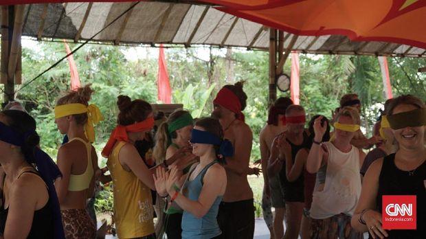 Peserta saat mempraktikkan Blindfold Yoga dalam gelaran Bali Spirit Festival 2019 di Ubud, Bali.
