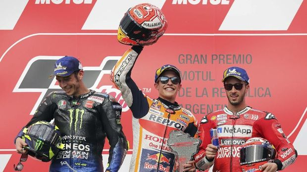 Rossi (kiri) mengakhiri puasa naik podium usai finis kedua di MotoGP Argentina 2019..
