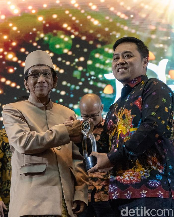 Kepala Departemen Komunikasi Perusahaan Semen Indonesia, Sigit Wahono (kanan)menerima penghargaan dari Ketua Harian Serikat Perusahaan Pers Pusat, Januar Primadi, dalam acara malam penganugerahan Public Relation Indonesia Awards 2019 di Trans Luxury Hotel, Bandung, Kamis (28/03/2019). Istimewa