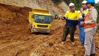 Hadir dalam acara tersebut Technical Trainer PT Tata Motors Distribusi Indonesia (TMDI) Arif Budiman sedang menjelaskan info teknis kendaraan truck Tata Prima kepada Direktur Esfandi dan Site Manager PT Sumber Daya Arindo (SDA) Anhar di Monoropo, Halmahera, Maluku Utara, Sabtu (30/3). Foto: dok. Antam