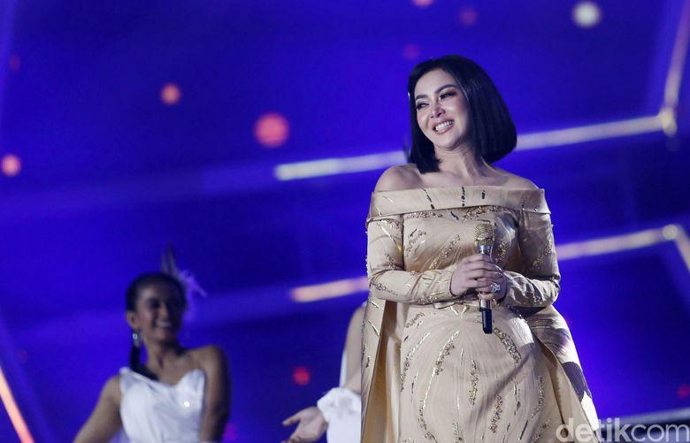 Syahrini kembali tampil di atas panggung usai menikah dengan Reino Barack. Foto: Palevi S/detikFoto