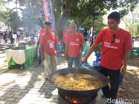 Ribuan Warga dan Bule Nikmati Kuah Beulangong di Festival Khanduri Laot
