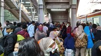 Para penumpang tidak dapat melanjutkan perjalanan dan turun di Stasiun Cakung.