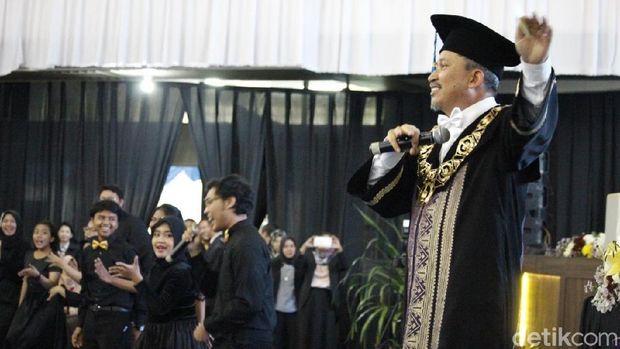 Rektor ITS nyanyi 'Selow' di acara wisuda/