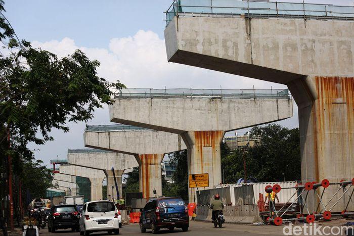 Tiang-tiang penyengga telah berdiri tegak di sepanjang proyek tol Kelapa Gading-Pulogebang.