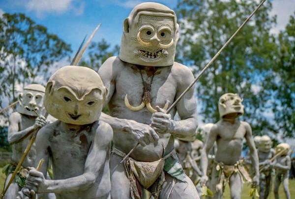 Pria suku Asaro kerap kali melumuri badannya dengan lumpur dan memakai topeng yang terbuat dari tanah liat untuk menutupi mukanya seperti helm. Itu bertujuan untuk menakuti musuh-musuhnya dari suku lain (iStock)