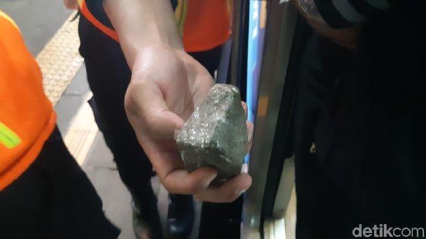 Batu yang dilempar ke KRL