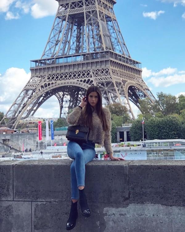 Liburan ke Menara Eiffel, Nadia justru bergaya casual dengan jeans serta sweater berbulu. (Instagram/@nadiavilesgarcia)