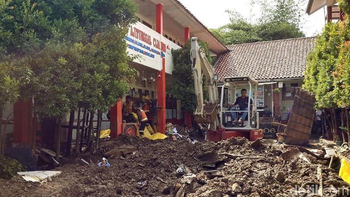 Tembok sekolah di Ujungberung, Kota Bandung, jebol diterjang banjir beberapa waktu lalu. (Tri Ispranoto/detikcom)