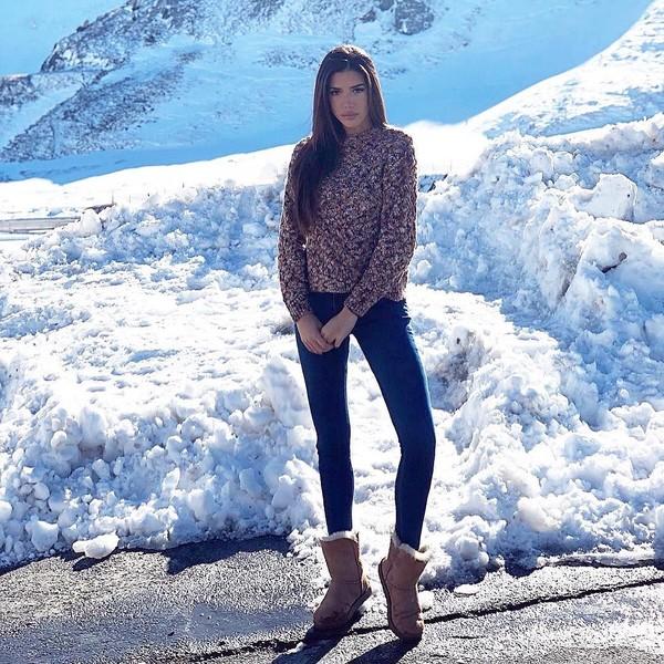 Berada di Pas de la casa, perbatasan Prancis, Nadia juga mengenakan sweater plus sepatu boots hangat. Area ini memang terkenal buat main ski. (Instagram/@nadiavilesgarcia)