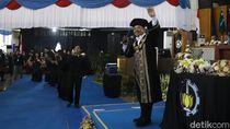 Sindir Mahasiswa Belum Lulus Alasan Rektor ITS Nyanyi Selow Saat Wisuda