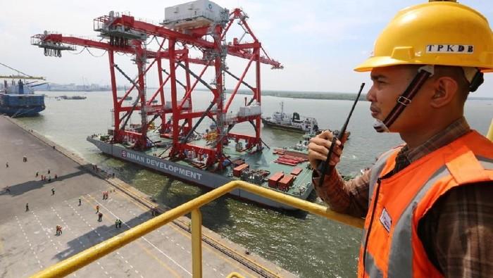 Tingkatkan pelayanan bongkar muat di Terminal Peti Kemas Domestik Belawan (TPKDB), Pelindo 1 datangkan 2 unit sekaligus Ship-to-Shore (STS) Crane.