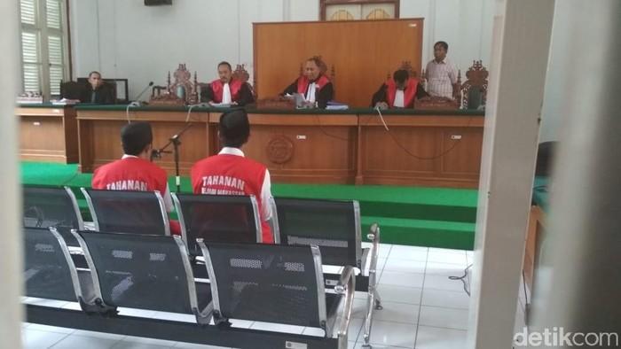 Dua terdakwa begal pemotong tangan mahasiswa di Makassar divonis 18 tahun penjara, Selasa (2/4/2019) Foto: Muhammad Taufiqurrahman-detikcom