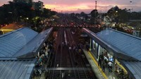 Gangguan ini menyebabkan perjalanan KRL menuju Bekasi hanya bisa sampai di Stasiun Cakung.
