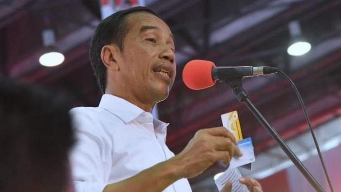 Capres Jokowi saat memamerkan KIP Kuliah, Kartu Pra-Kerja, dan Kartu Sembako Murah