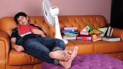 Tidur Pakai Kipas Angin Bisa Kena Paru-Paru Basah? Dokter: Mitos!