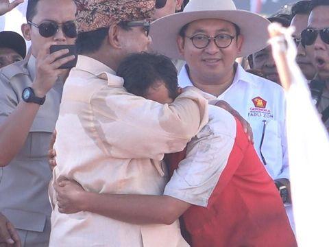 Prabowo memeluk pendukungnya yang memberi sumbangan dana kampanye.