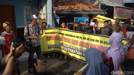 Tolak Penjualan Obat Keras, Warga Serbu Rumah Residivis di Cirebon