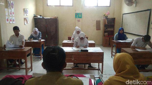 Cerita Siswa SLB Cirebon Ikuti Ujian Nasional