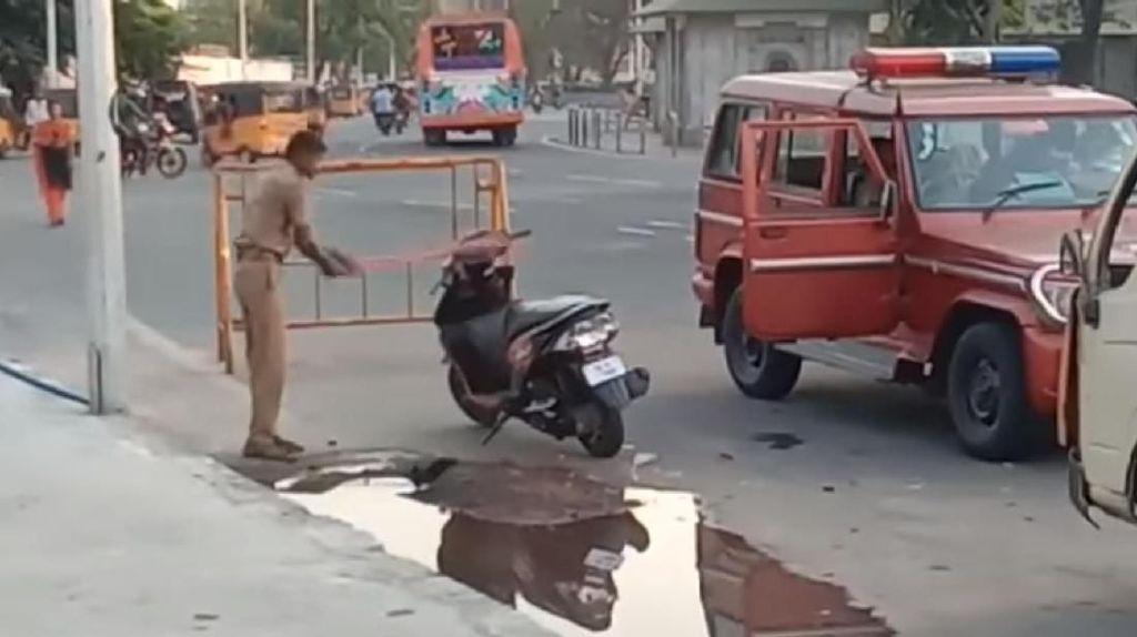 Motor Pria Ini Dirusak Polisi karena Parkir Sembarangan