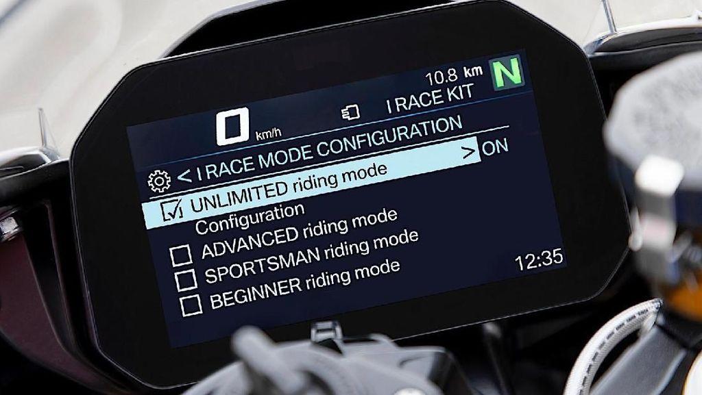 Wuih Pengendara BMW Bisa Buat Motornya Melaju Sendiri