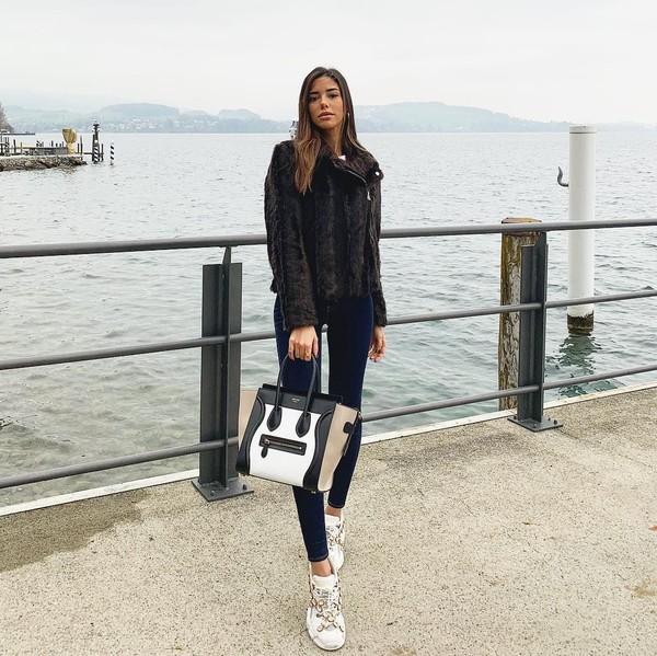 Saat traveling ke Swiss, Nadia mengenakan jaket hangat berwarna hita karena suhu di sana cenderung dingin. (Instagram/@nadiavilesgarcia)