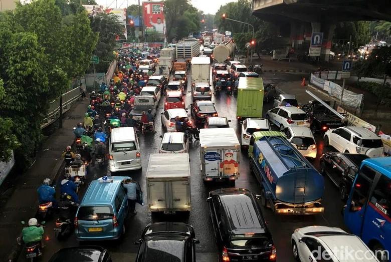 Hujan deras mengguyur Jakarta sejak siang hari. Akibatnya, sejumlah titik jalan pun tergenang banjir dan menyebabkan kendaraan menumpuk di jalanan.