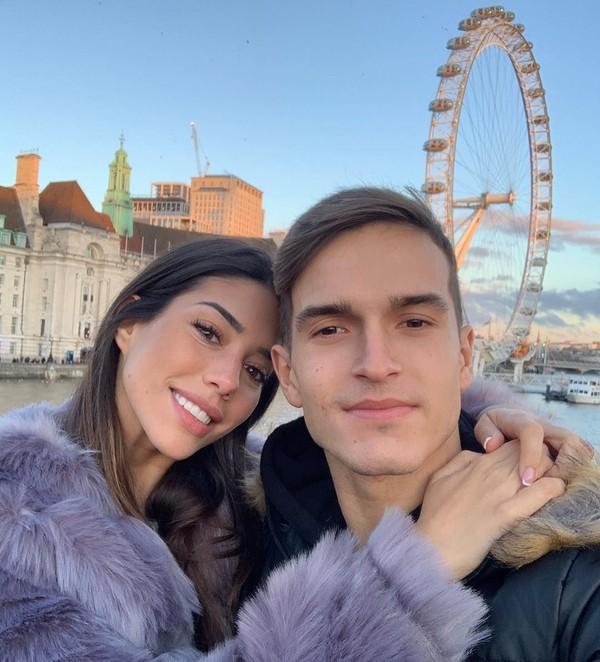 Begini potret kemesraan Bintang Muda Arsenal, Denis Suarez bersama kekasihnya Nadia Aviles Garcia. Kemana-mana mereka memang terlihat mesra, termasuk saat liburan ke Kuwait pertengahan Maret lalu. (Instagram/@nadiavilesgarcia)
