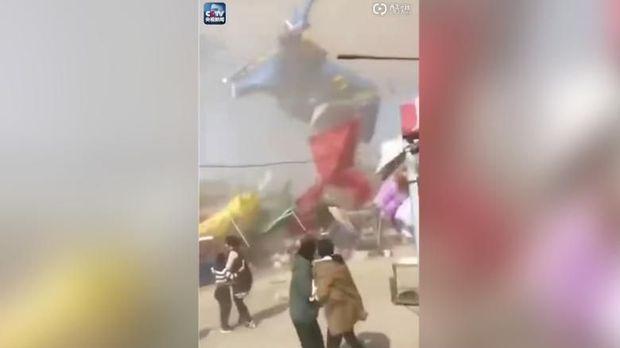 Angin pusar menerbangkan balon wahana bermain anak di China