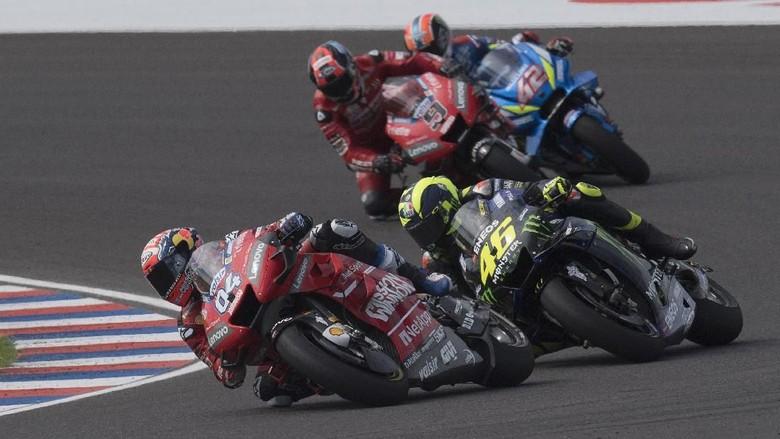 Ban sering kali menjadi faktor penentu dalam balapan MotoGP. Salah memilih jenis ban saat balapan bisa mempengaruhi performa di lintasan.