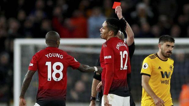 Ashley Young mendapat kartu merah pada laga lawan Wolverhampton. (