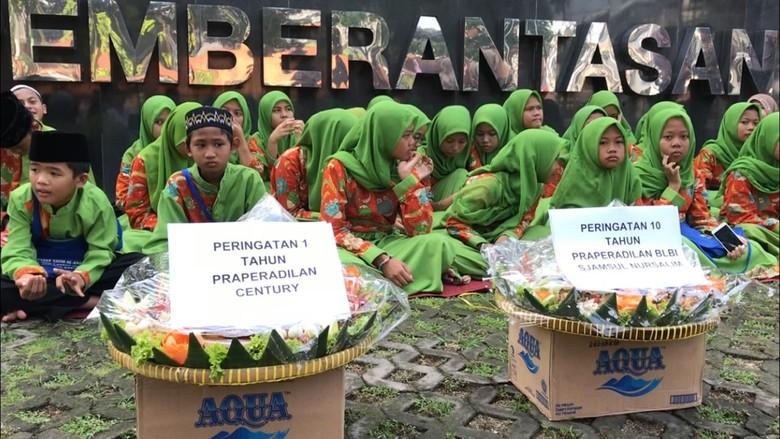 Massa Gelar Yasinan Desak KPK Tuntaskan Kasus Century dan BLBI