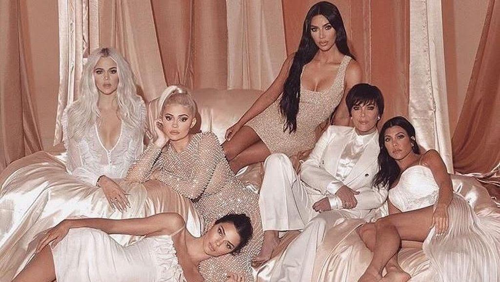Keluarga Kardashian Diolok-olok karena 3 Kegagalan Photoshop di Foto Ini