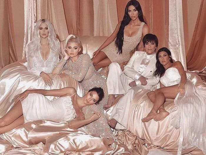 Kegagalan Photoshop pada foto keluarga Kardashian. Foto: Dok. E!