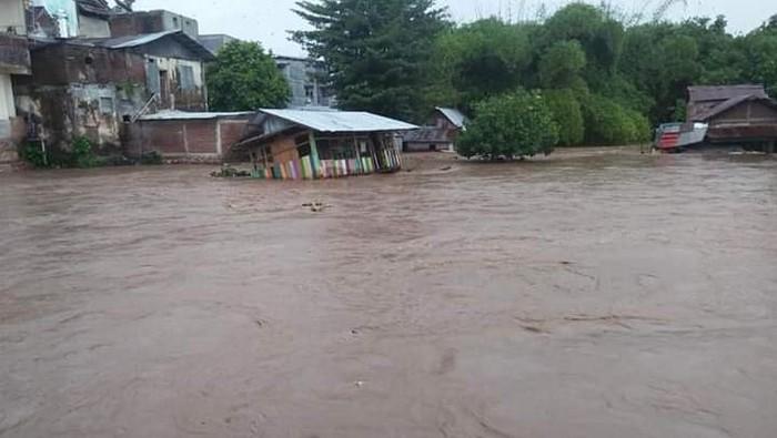 Hujan deras yang mengguyur di Kabupaten Dompu, Nusa Tenggara Barat, mengakibatkan Sungai Sori Soli meluap. Puluhan rumah warga diterjang banjir.