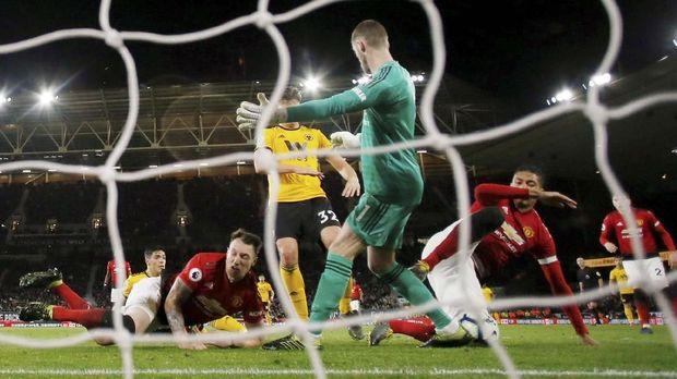 Chris Smalling melakukan gol bunuh diri ke gawang Manchester United. (