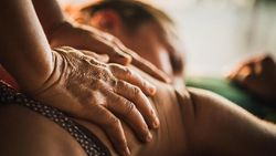 5 Manfaat Pijat Payudara, Jaga Penampilan hingga Detoks Racun Tubuh