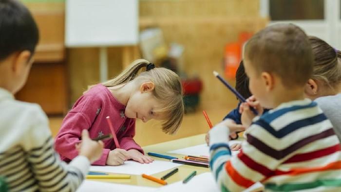Anak berkebutuhan khusus bisa latih motoriknya lewat seni. Foto ilustrasi: istock