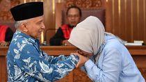 Foto: Ratna Sarumpaet Menangis Cium Tangan Amien Rais