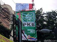 Agustinus Woro panjat baliho di Jakarta Pusat.