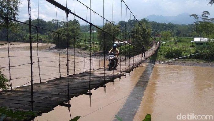 Foto: Menteri PUPR Basuki Hadimuljono saat meninjau jembatan gantung Kali Progo di Magelang. (foto: Eko Susanto/detikcom)
