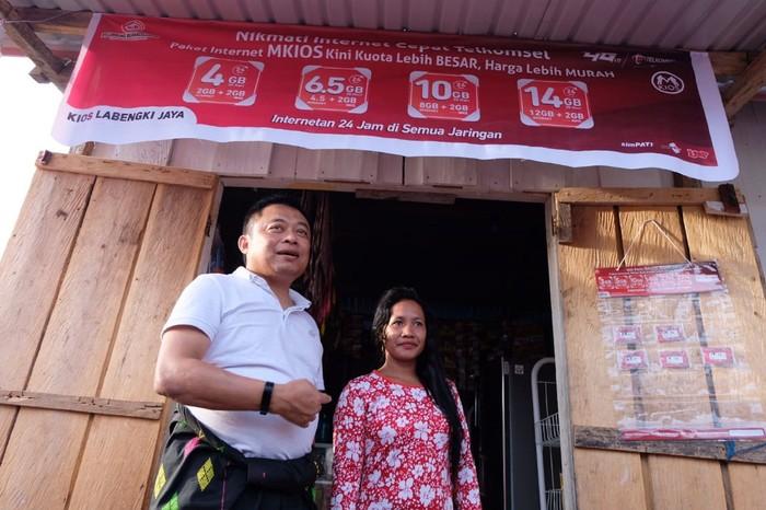 Direktur Utama Telkomsel Ririek Adriansyah di Desa Lebengki, Sulawesi Tenggara. Foto: Telkomsel