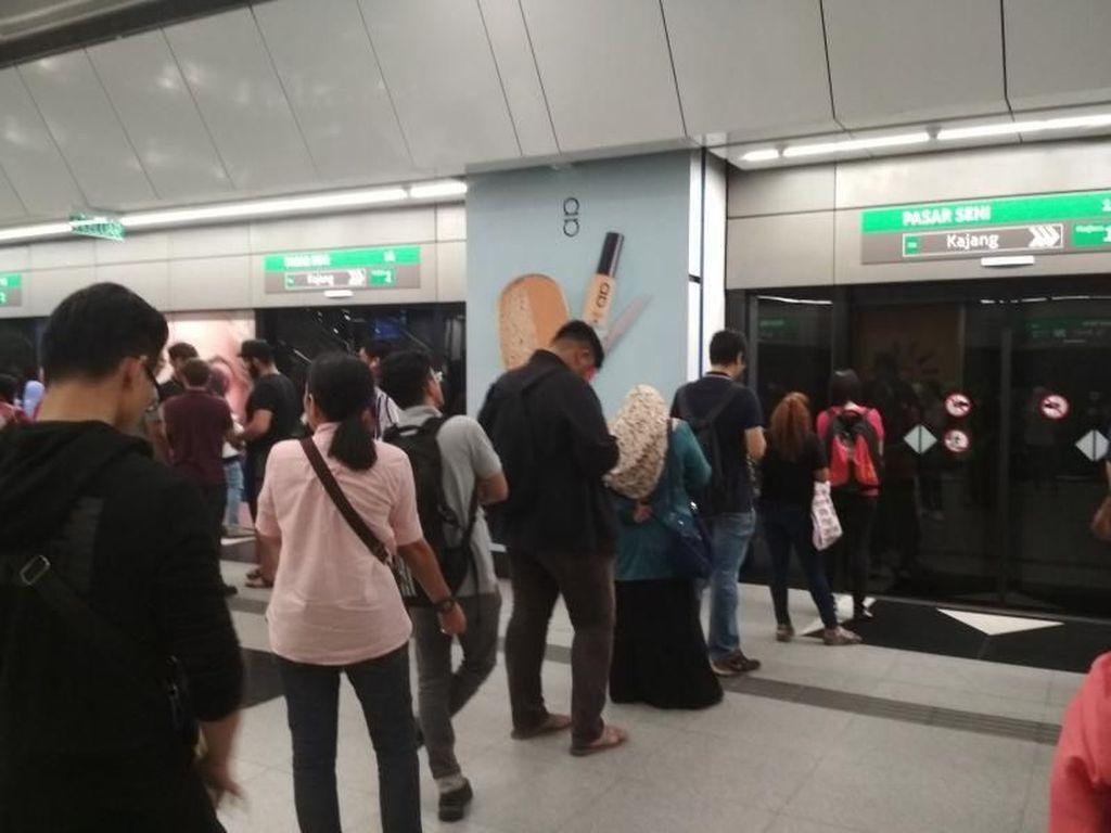 Belajar Antre Naik MRT Dari Warga Malaysia