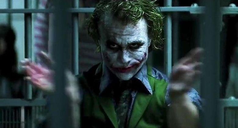 Masih ingat adegan tepuk tangan Joker (Heath Ledger) kepada Jim Gordon (Gary Oldman) yang mendapat promosi? Adegan itu tak ada di skrip dan murni improvisasi. Dok. Ist