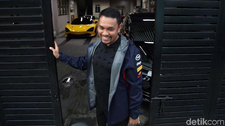 Ahmad Sahroni di depan koleksi mobil mewahnya (Foto: Pradita Utama)