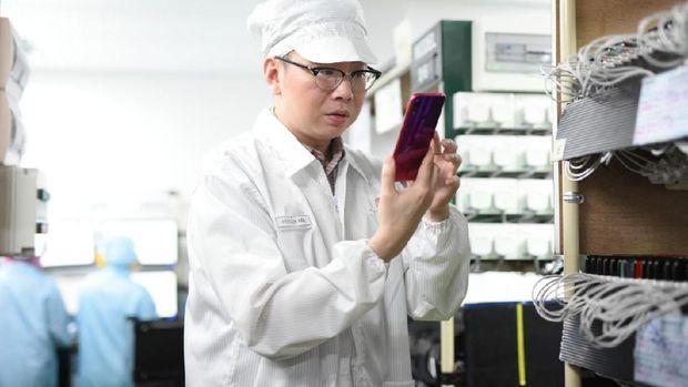 Steven Shi saat sidak di pabrik Xiaomi